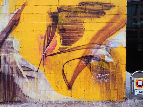 Estructuras en violeta sobre fondo amarillo